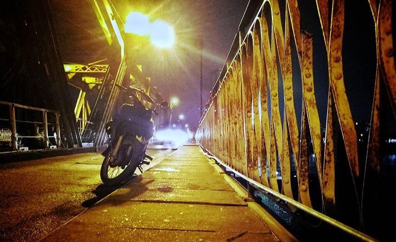 Hóng gió buổi tối trên cầu Long Biên