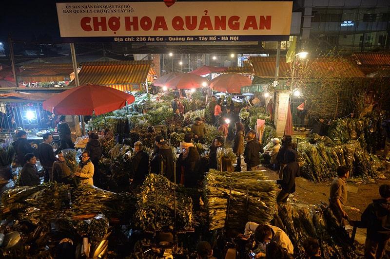 Chợ hoa Quảng An họp vào gần sáng