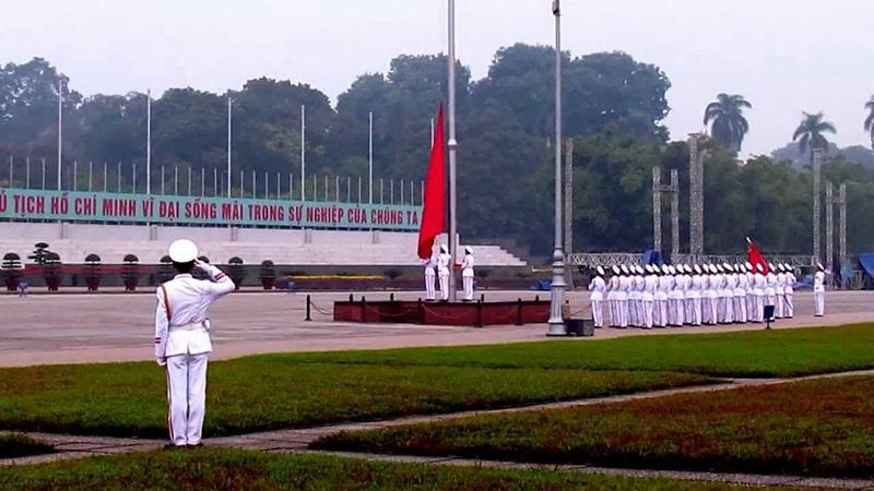 Lễ thượng cờ ở Lăng Bác vào buổi sáng