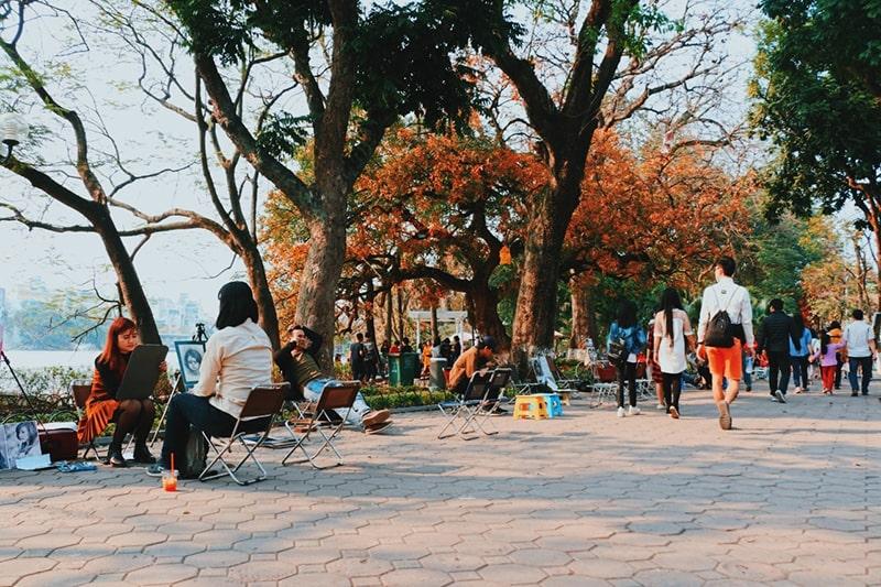 Bờ hồ Gươm ngày cuối tuần