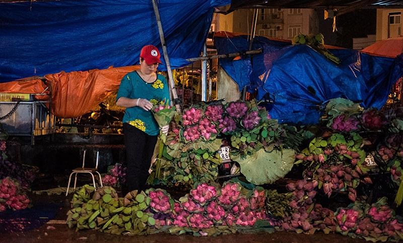 Chợ hoa Quảng Bá họp về đêm gần sáng