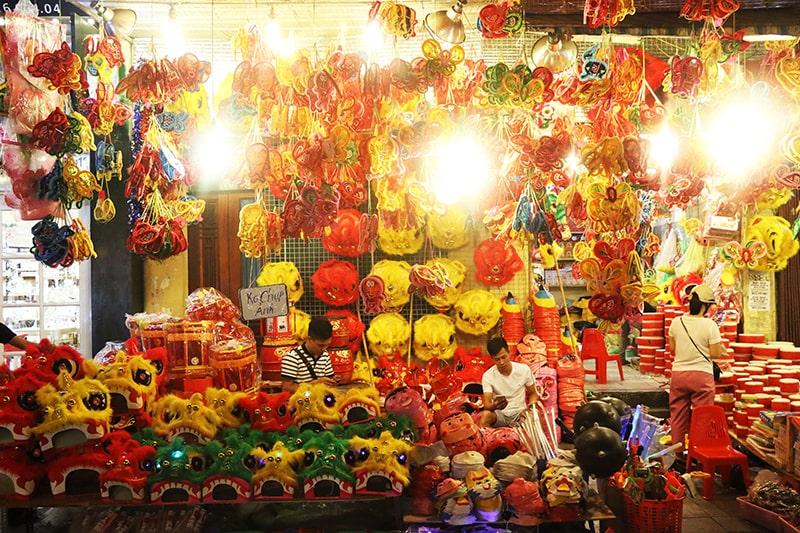 Phố đèn lồng Hàng Mã là địa điểm chơi trung thu nổi tiếng ở Hà Nội