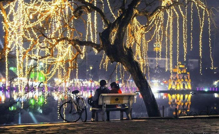 Dạo quanh Hồ Gươm ngày Valentine