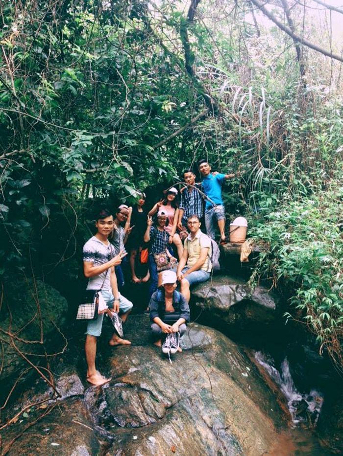 Trekking núi Hàm Lợn theo đường rừng và suối