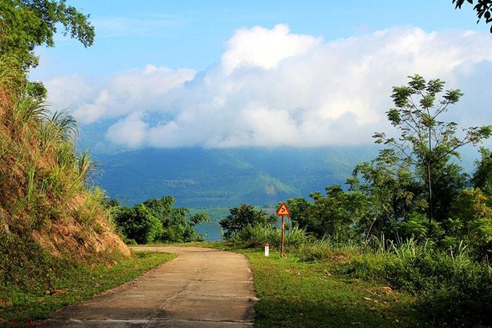 Con đường bê tông dẫn vào thiên đường Ba Khan
