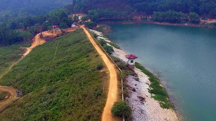 Hồ Hàm Lợn hay còn gọi là hồ Suối Bàu