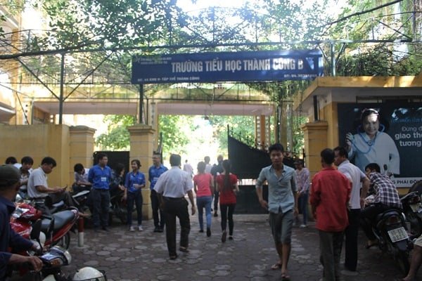 Cổng trường tiểu học Thành Công B