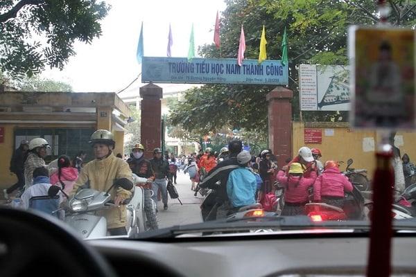 Học sinh trường tiểu học Nam Thành Công đến trường