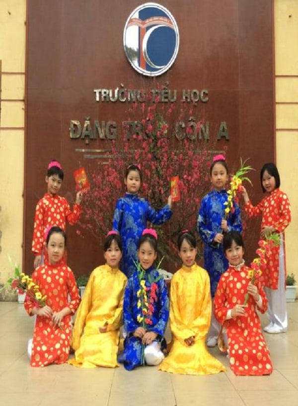 Học sinh trường tiểu học Đặng Trần Côn A mặc áo dài xinh xắn