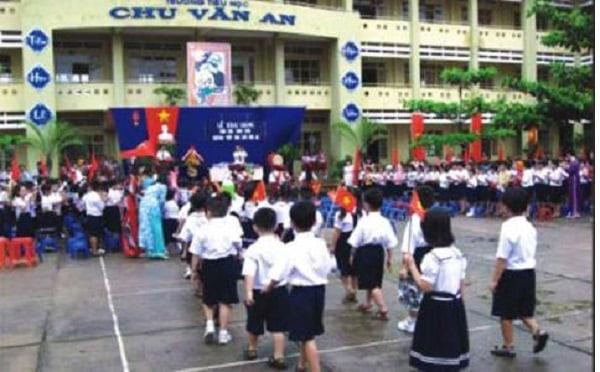 Học sinh lớp 1 trường tiểu học Chu Văn An vui vẻ trong ngày tựu trường