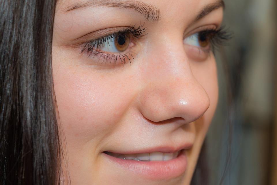 làm giảm nếp nhăn vùng mắt bằng việc dùng kem chống nắng