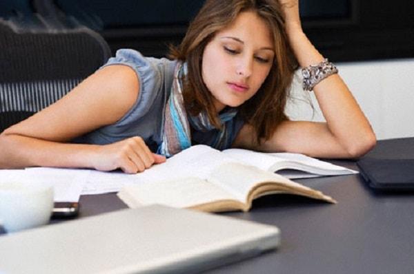 Học quá khuya, mệt mỏi thì kết quả sẽ không cao