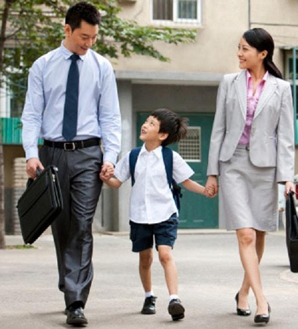 Bố mẹ cùng trẻ đến trường ngày đầu tiên