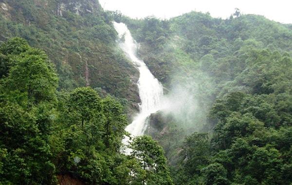 Thác Bạc là địa điểm du lịch khá nổi tiếng ở Sapa