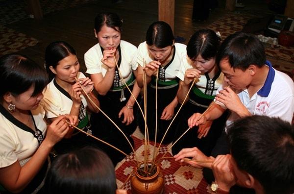 Đặc sản rượu Mai Hạ nổi tiếng của người Thái