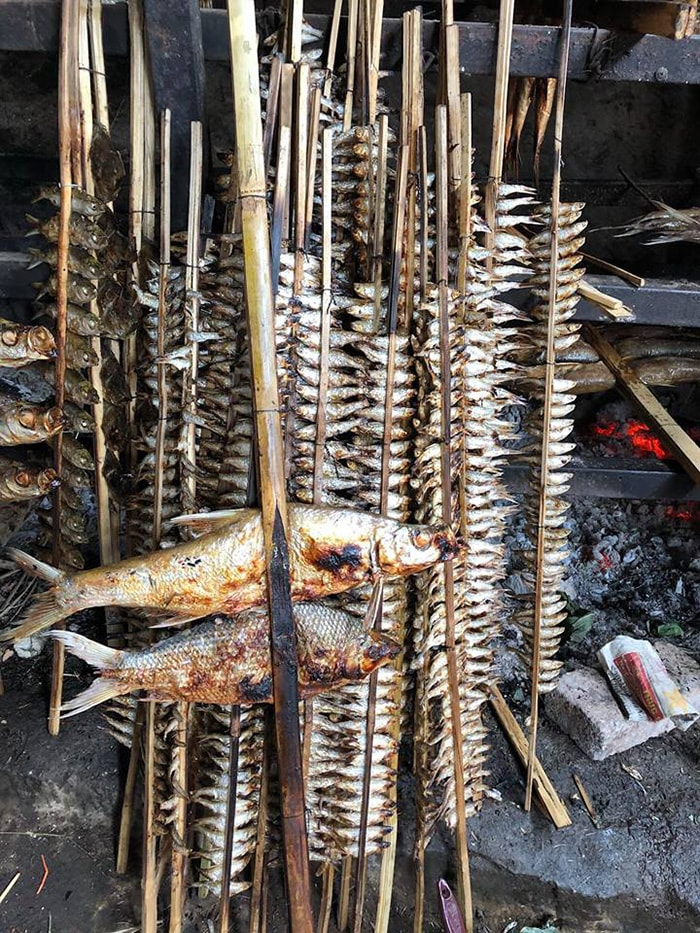 Những xiên cá nướng sông Đà thật hấp dẫn