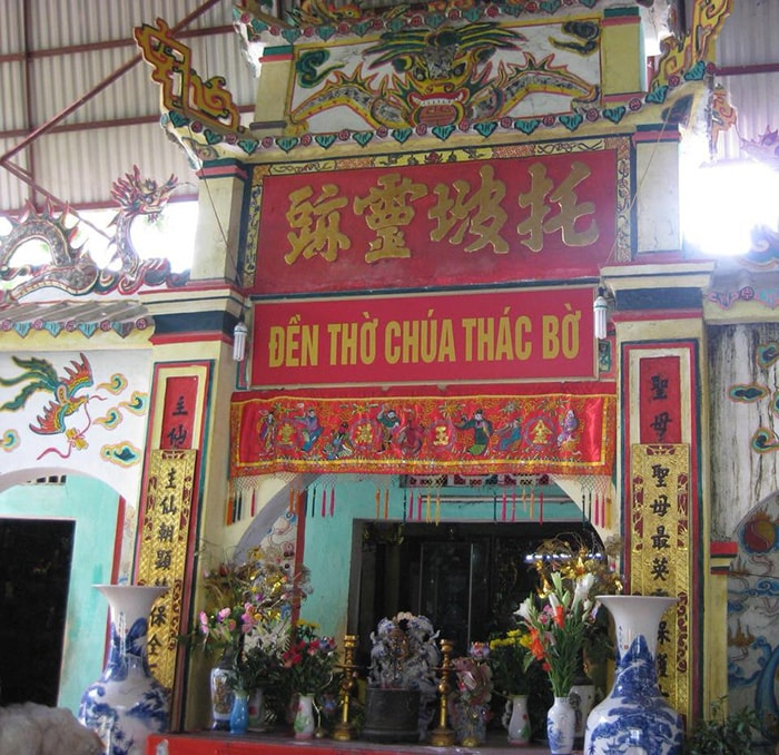 Đền Bà chúa Thác Bờ nổi tiếng ở Thung Nai