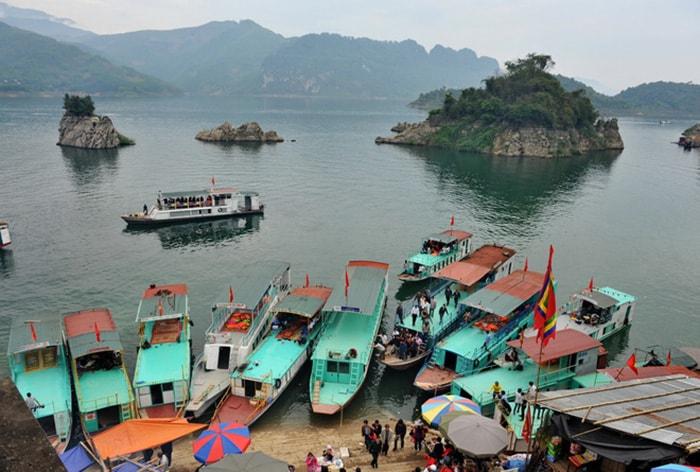 Thuyền phương tiện chính để di chuyển trong Thung Nai