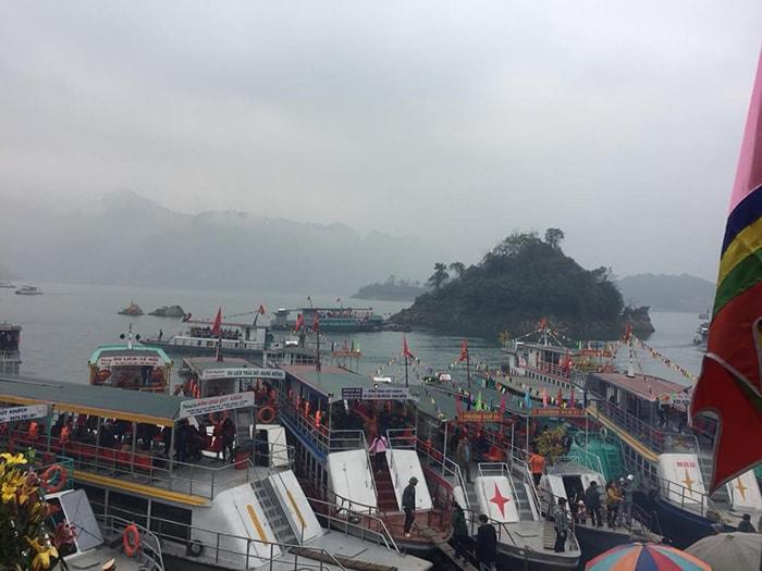 Tàu thuyền phục vụ khách đi tham quan du lịch Thung Nai