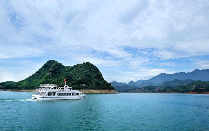 Dạo thuyền trên lòng hồ là trải nghiệm khó quên khi đến với Thung Nai