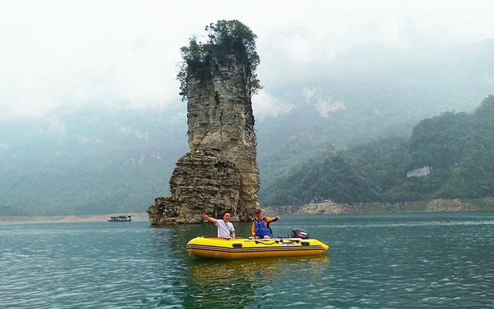 Chèo thuyền trên sông Gâm ở Hà Giang
