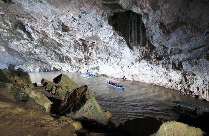 Động Puông là điểm du lịch ba Bể nổi bật