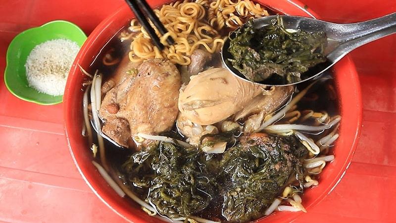 Mỳ gà tần là món ăn khá độc đáo ở Hà Nội
