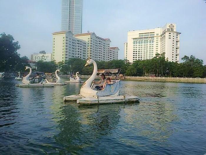 Đạp vịt trong công viên Thủ Lệ