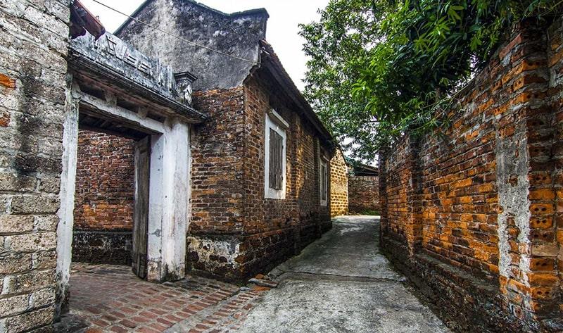 Những ngôi nhà gạch cũ ở làng cổ Đường Lâm