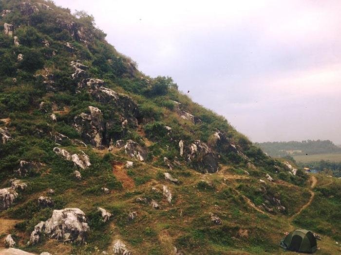 Núi Trầm là địa điểm du lịch rất gần Hà Nội có thể đi bằng xe máy