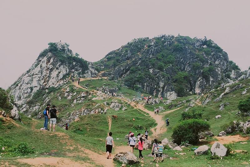 Núi Trầm là địa điểm đi chơi gần Hà Nội có thể đi trong ngày
