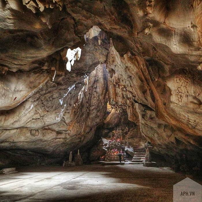 Động Long Tiên bên trong khu du lịch Núi Trầm