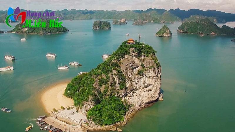 Hạ Long là địa điểm du lịch gần Hà Nội thích hợp đi 2 ngày 1 đêm