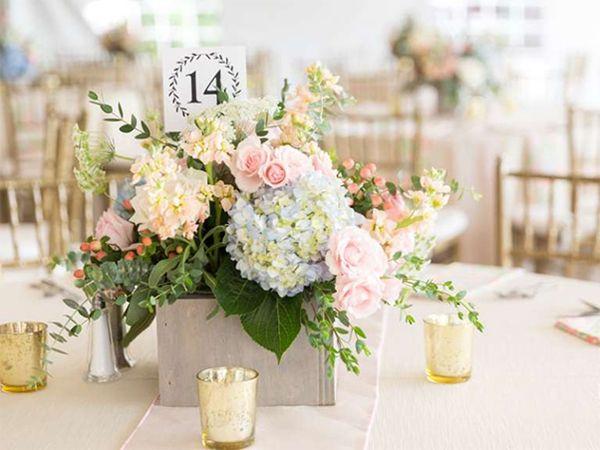 Lẵng hoa cưới được cắm theo hình vòm