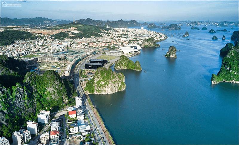 Với non xanh nước biển, Hạ Long xứng đáng là điểm du lịch lý tưởng nhất