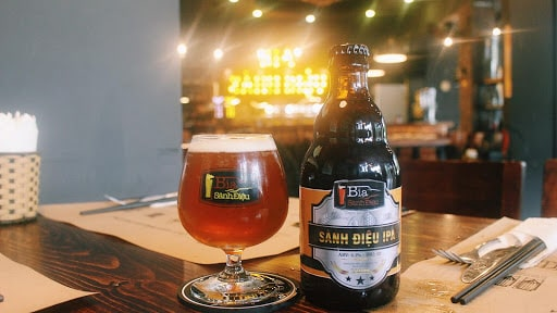 Uống bia thủ công tại Bia Sành Điệu