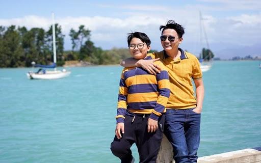 Hoàng Bách và con trai chụp hình chung khi đi du lịch