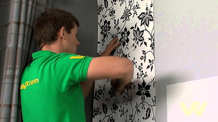 Miết giấy dán tường từ từ