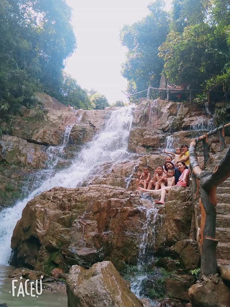Du khách chỉ mất vài giờ đồng hồ để di chuyển từ Hà Nội tới TP Uông Bí nơi có thác Lựng Xanh
