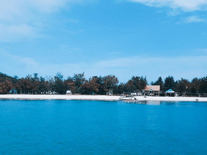 Bờ biển trong xanh, hoang sơ trên đảo Cô Tô con