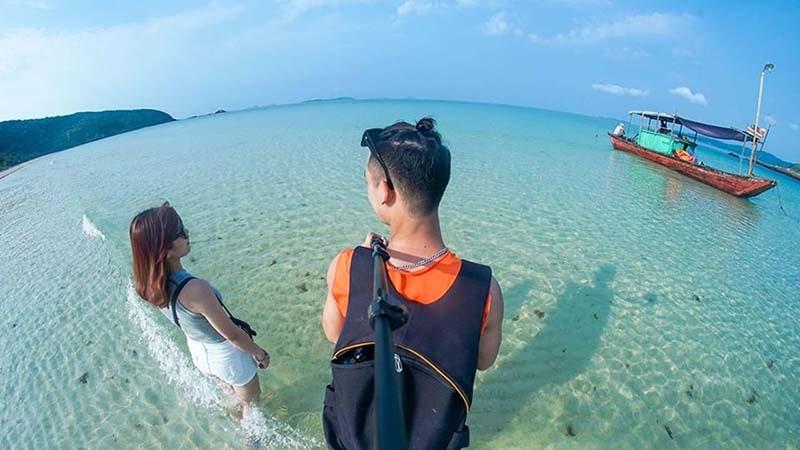 Làn nước biển trong vắt trên đảo Cô Tô con