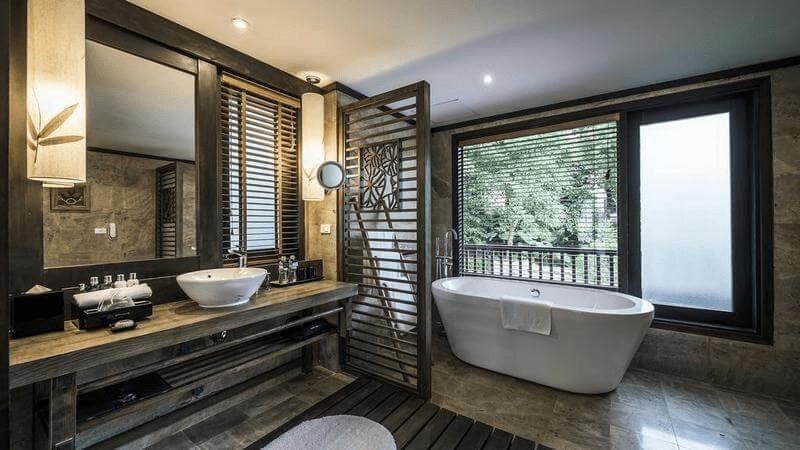 Phòng tắm ở Melia Ba Vì Mountain Retreat rộng với nội thất gỗ giản dị, mộc mạc